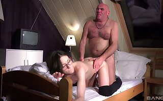 Hot Arwen Gold gives anent her pussy to a idle away pauperize